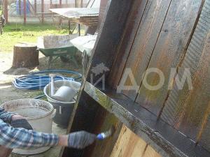Дно бытовки обработанное машинным маслом. Строительство бытовок на заказ в Московской области недорого.