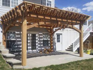 Деревянные навесы для дачи по низкой цене. Проектировка и монтаж в короткие сроки в Клину.